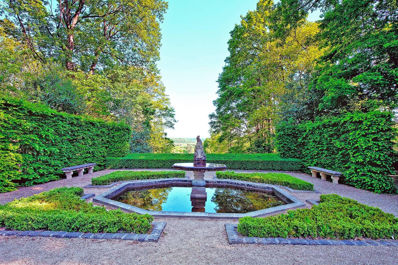 La grenouillère dans les jardins du château de Breteuil