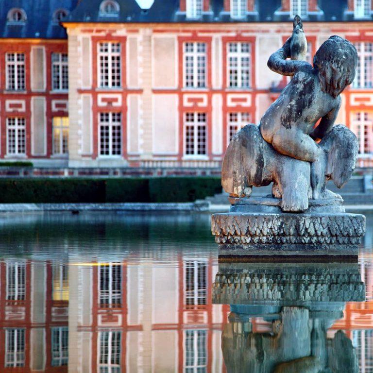 Enfant au cygne dans les jardins à la française du château de Breteuil